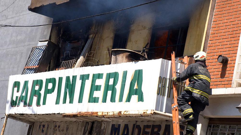 Se incendió el depósito de una carpintería en Palermo