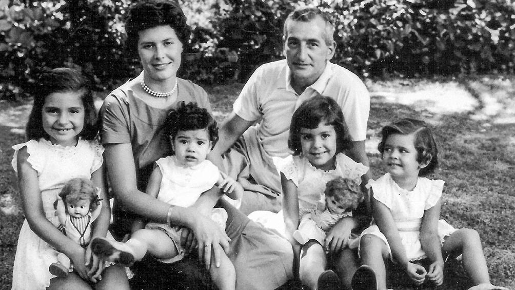 Oesterheld con su esposa Elsa y sus cuatro hijas: Estela, Marina, Diana y Beatriz