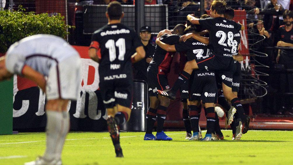 Newell`s goleó a Colón y le dio otro empujón al descenso