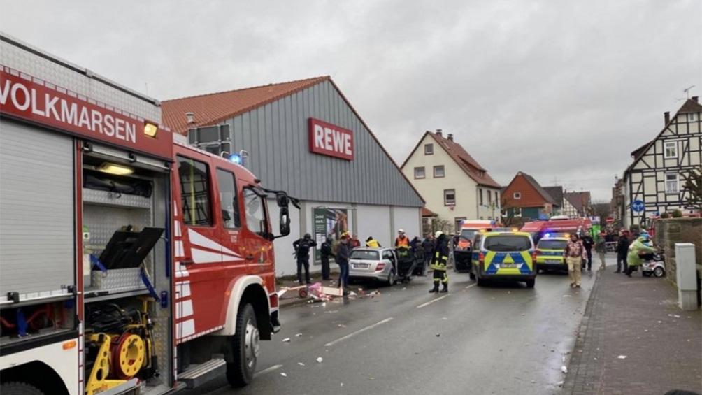 Un auto embistió contra un desfile de carnaval: al menos 15 heridos