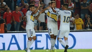 Boca vapuleó a Colón en Santa Fe y da pelea hasta el final