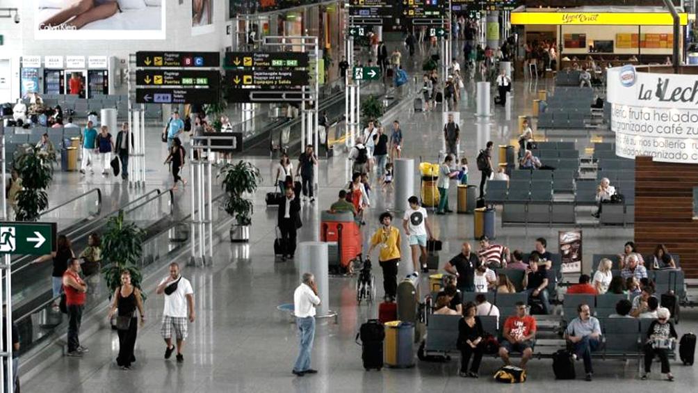 El gobierno español prohíbe todos los vuelos de conexión con Italia
