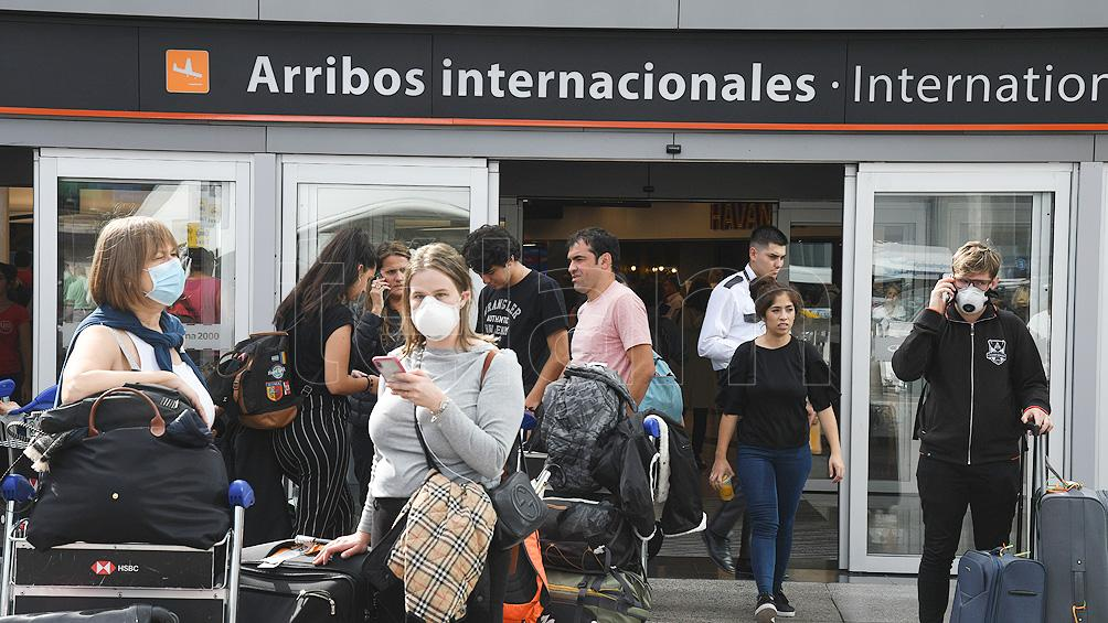 Unos 10.000 viajeros provenientes de Brasil y Chile deberán guardar cuarentena