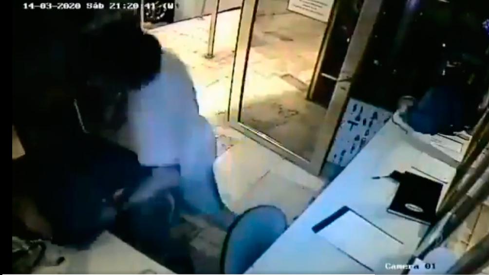 Un hombre agredió a golpes al guardia de seguridad de un edificio que lo increpó por no aislarse