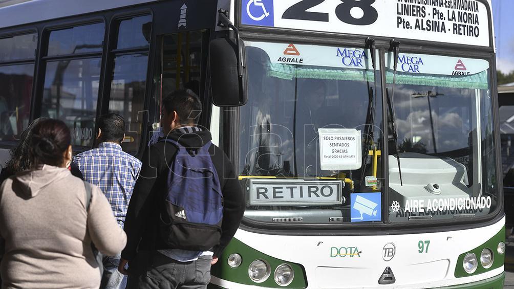 Largas filas sin distancia y pasajeros parados en los transportes pese a las medidas