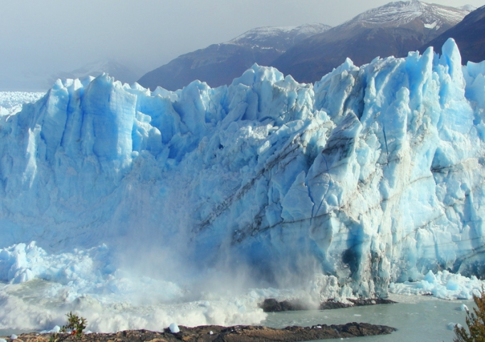 Grandes bloques de hielo siguen desprendi?ndose del glaciar