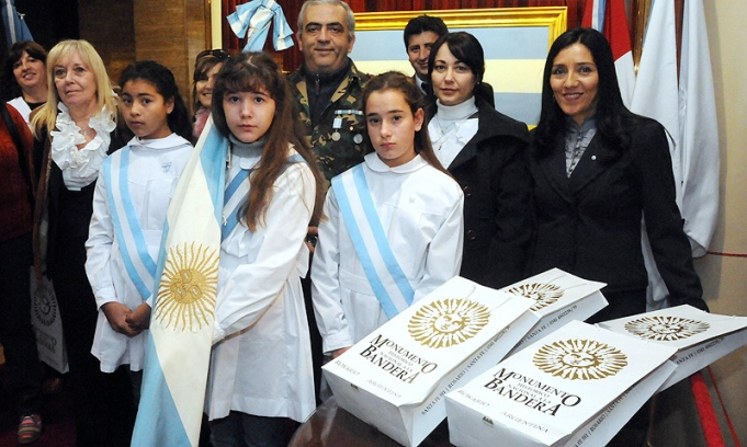 """Alumnos de todo el pa?s hicieron la tradicional """"promesa de lealtad"""" a la bandera en Rosario"""