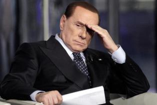 Una mujer repudió a Berlusconi mientras el ex premiere votaba en Milán
