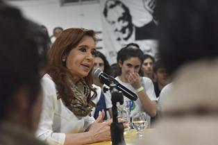 Cristina Kirchner visita una empresa en Ituzaingó junto al intendente Descalzo
