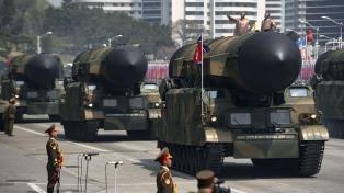 Pyongyang mostró un misil de largo alcance en un desfile y lanzó otra dura advertencia a EEUU