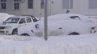 Cancelan vuelos y cierran carreteras por la nieve
