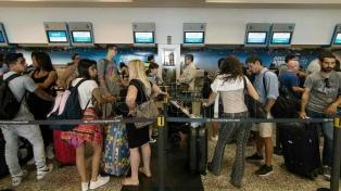 Miles de pasajeros colmaron Aeroparque en el inicio del fin de semana largo