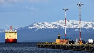 El rompehielos Almirante Irízar se reabastece para concluir la campaña antártica