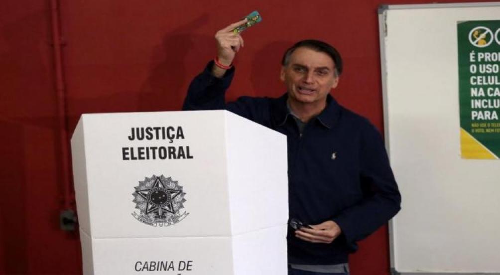 Vota Jair Bolsonaro en Río de Janeiro. foto: Agencia Brasil / Ricardo Moraes / Reuters