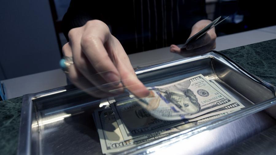 El dólar cerró a $63,26, sostenido por bancos oficiales