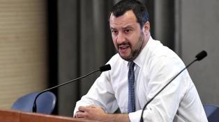 Un barco con migrantes se acerca a puerto pese a la resistencia de Salvini