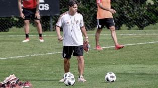 Gallardo concentra a un juvenil familiar de Maradona