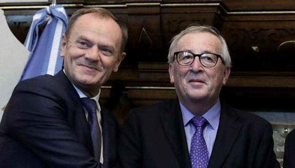 Donald Tusk, presidente del Consejo Europeo y Jean-Claude Juncker, presidente de la Comisión Europea desde 2014, ambos representando a la Unión Europea