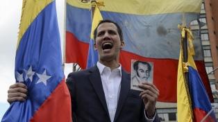 """Guaidó se autoproclamó """"presidente encargado"""" y Maduro denuncia un golpe de EE.UU."""