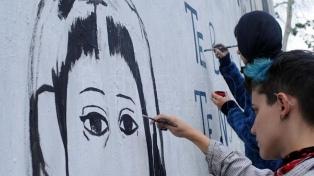 Pintan un mural con el rostro de una joven desaparecida hace 20 meses