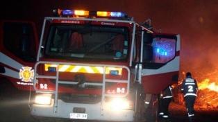 Encapuchados queman camiones y maquinaria en el sur del país