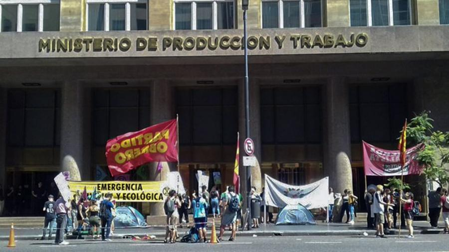 Organizaciones ambientalistas acampan frente a la Secretaría de Minería contra ley de Mendoza
