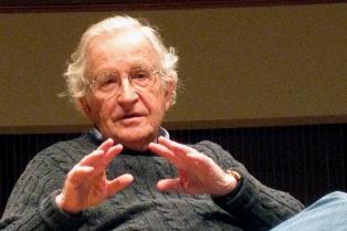 Donald Trump es resultado de una sociedad quebrada, afirmó Noam Chomsky
