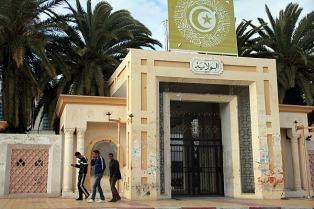 Renuncia el primer ministro de Túnez, acusado de corrupción