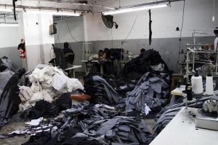 La AFIP detectó servidumbre y trata de personas en dos talleres textiles
