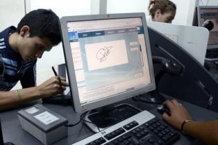 Decenas de adolescentes renuevan el último día su documento en el Renaper