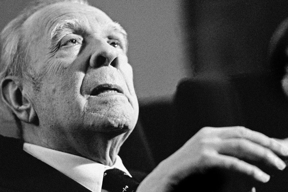 Nacido en Buenos Aires el 24 de agosto de 1899, Jorge Luis Borges es una figura clave de la literatura universal.
