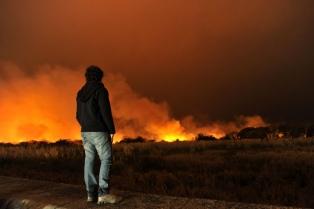 Bomberos trabajaban para controlar el incendio en la Reserva Ecológica de la Costanera Sur