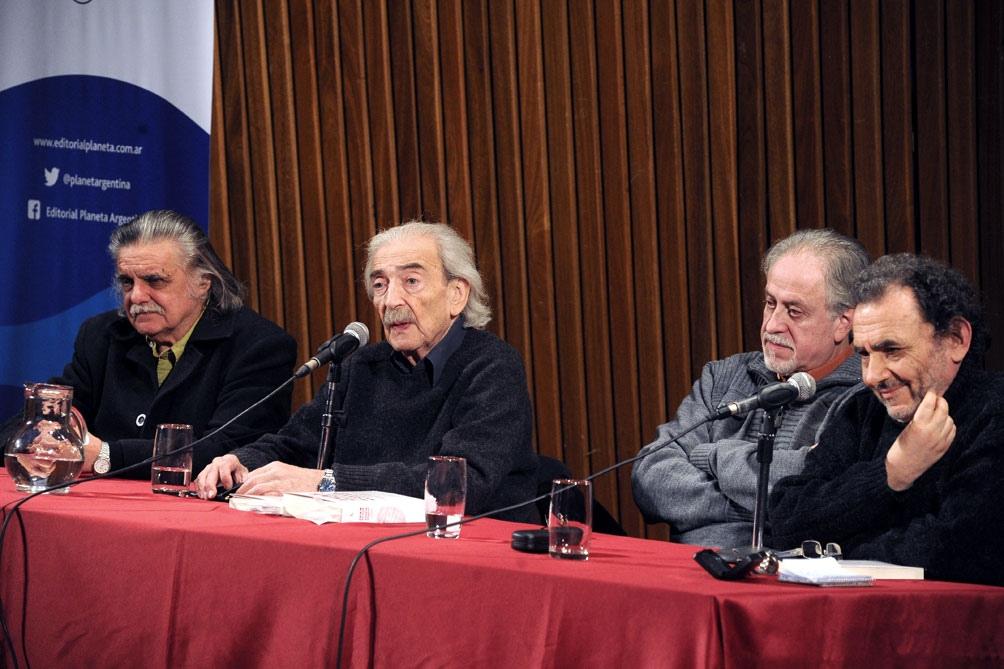 González junto a Juan Gelman en una jornada organizada en la Biblioteca Nacional.