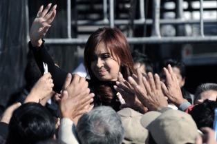 Vecinos y turistas de El Calafate aguardan por el acto de la Presidenta