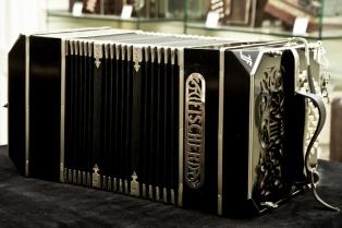"""Un """"rompecabezas"""" de 4.000 piezas, el trabajo de los luthiers que fabrican bandoneones"""