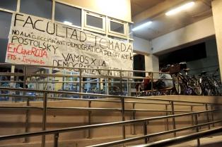 Estudiantes de Sociales de la UBA agredieron a una escribana e impidieron asumir al nuevo decano