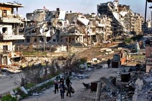 Tras el ataque, reanudan la entrega de asistencia y evacúan a más de 600 civiles de la ciudad siria de Homs