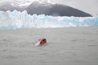 Travesía por el Lago Argentino: un nadador recorrió dos mil metros