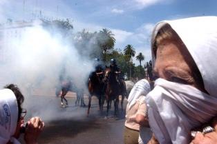 Procesan a cinco policías por represión contra Madres de Plaza de Mayo en diciembre de 2001