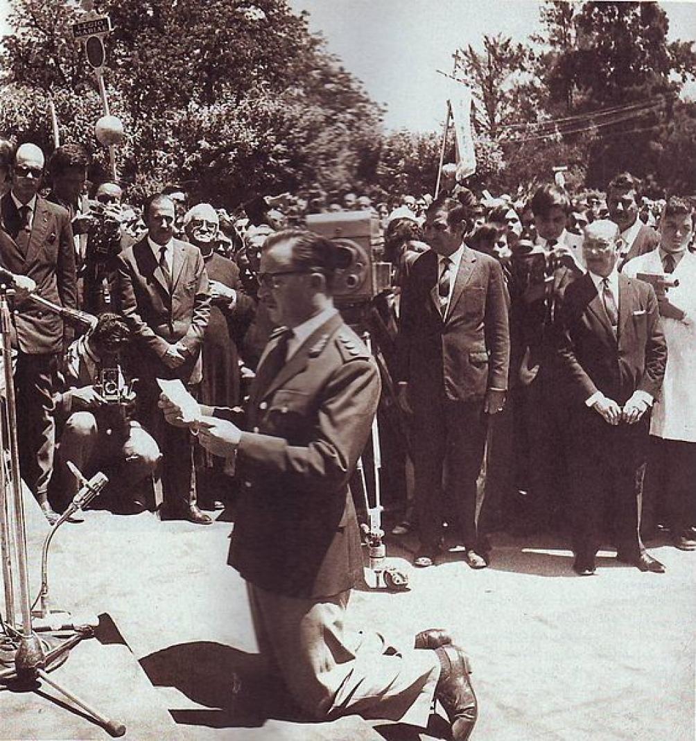 Onganía, hincado y rezando durante un acto en Luján, en 1969.