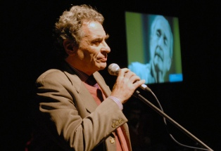 Personalidades de la cultura y su nieta homenajearon a Juan Gelman