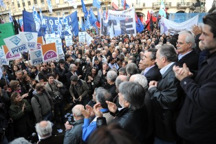 """Artistas, referentes sociales y políticos exhortaron al pueblo a """"unirse para defender la soberanía nacional"""""""
