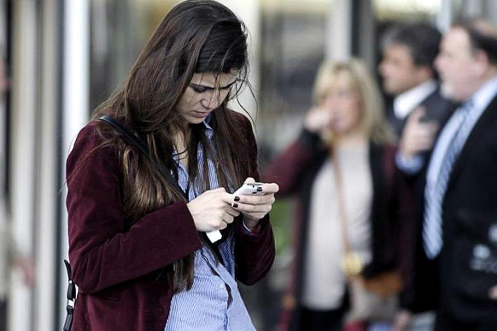 El uso de aparatos de telefonía móvil mientras cruzan la calle se incrementó aún en mayor medida que entre los conductores de automóviles.