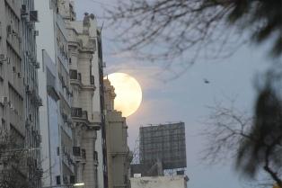 Una súper luna brilló al alcanzar su órbita más cercana a la tierra