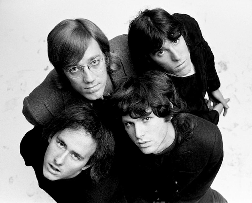 La celebridad de Morrison no hubiera sido posible sin el sólido aporte musical de sus compañeros, el guitarrista Robby Krieger, el baterista John Densmore, y fundamentalmente el tecladista Ray Manzarek.