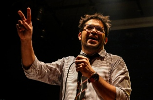 El comediante cordobés Emanuel Rodríguez recorre la provincia con su stand-up de humor político
