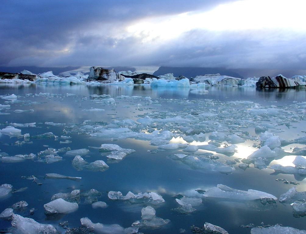 Por otra parte, las toneladas de hielo que se derriten cada año en Groenlandia, hacen subir el nivel de los mares, lo que representa una amenaza para poblaciones.