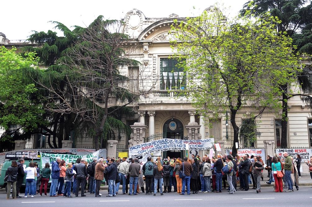 """Trabajadores denuncian intento de cerrar """"cupos de concurrencias"""" en los hospitales de CABA. No es la primera protesta."""
