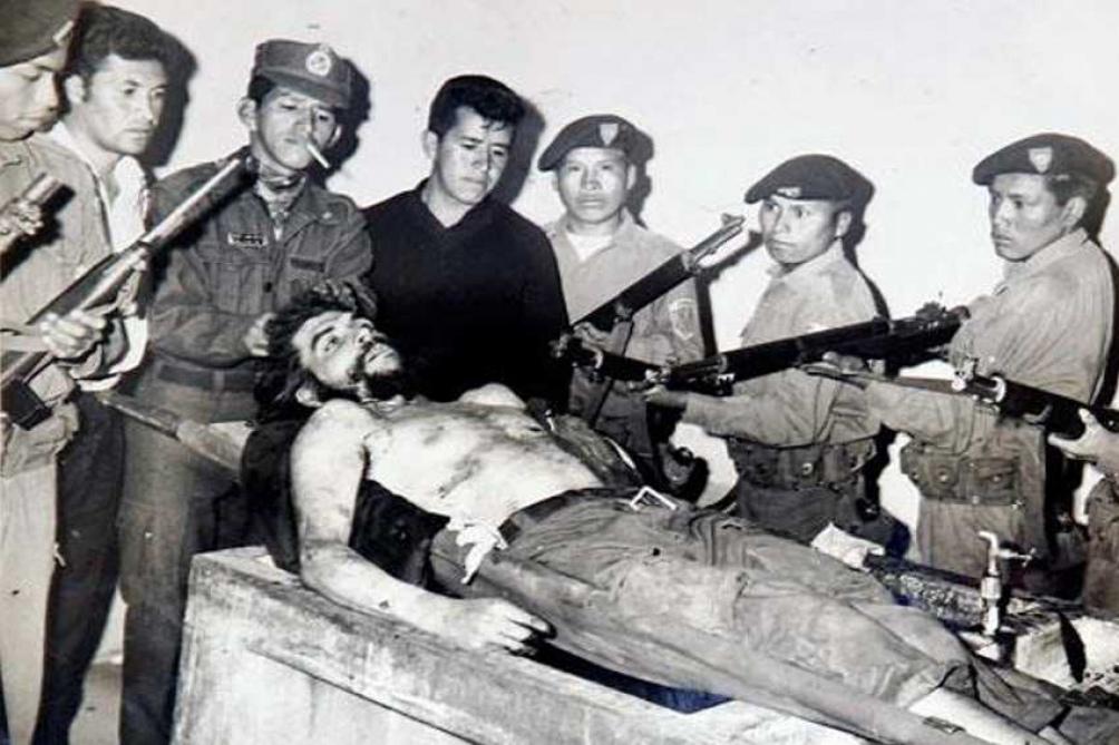 """Una foto que entró en la historia: el cuerpo del """"Che"""" junto a quienes terminaron con su vida"""