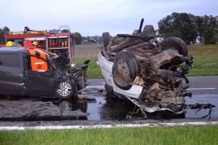 Al menos seis muertos tras un choque en cadena entre dos autos y un camión